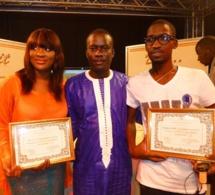 Demba Guissé et TITI reçoivent leur diplôme de l'artiste révélation du mois des mains de Dj Makhou