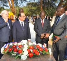François Hollande rend hommage à Senghor au cimetière de Bel air à Dakar.