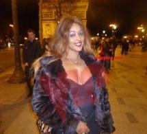 Zoom sur la belle et ravissante vidéo girl Awa Fall sur les Champs Elysées