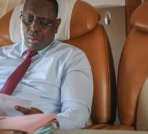 Le président, la mine studieuse, dans l'avion qui le ramène de la Guadeloupe il y a un peu plus d'une heure !