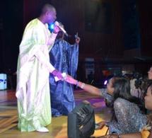 Ngoné Ndour arrose Pape Diouf au grand théâtre.