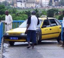 Des taxis prennent la passerelle des piétons sur l'autoroute à péage