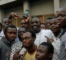 Akon inaugure le premier terrain de foot d'Afrique éclairé par les mouvements des joueurs au Nigeria
