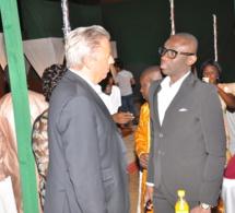 Poignet de mains entre Pape Diouf et les responsables des Baobabs de la Somone.