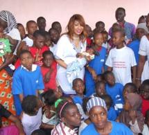 """Oeuvre social ramadan: Viviane Chidid et son fans club """"Cœur Vivi"""" ont distribué des denrées alimentaires à la maison Rose de Guédiawaye."""