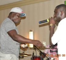 Le lutteur Boy Baol sur scène avec Pape Diouf à Cincinati aux USA.