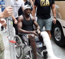 Arrêt sur image: Demba Ba quittant l'hôpital sur une chaise roulante
